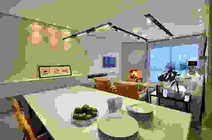 decoração despojada, acolhedora de linhas retas Salas de jantar modernas por karen feldman arquitetos associados Moderno Madeira Efeito de madeira