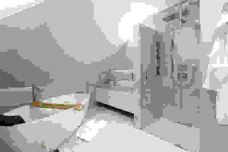 Bagno moderno di TOKA + HOME Moderno Pietra