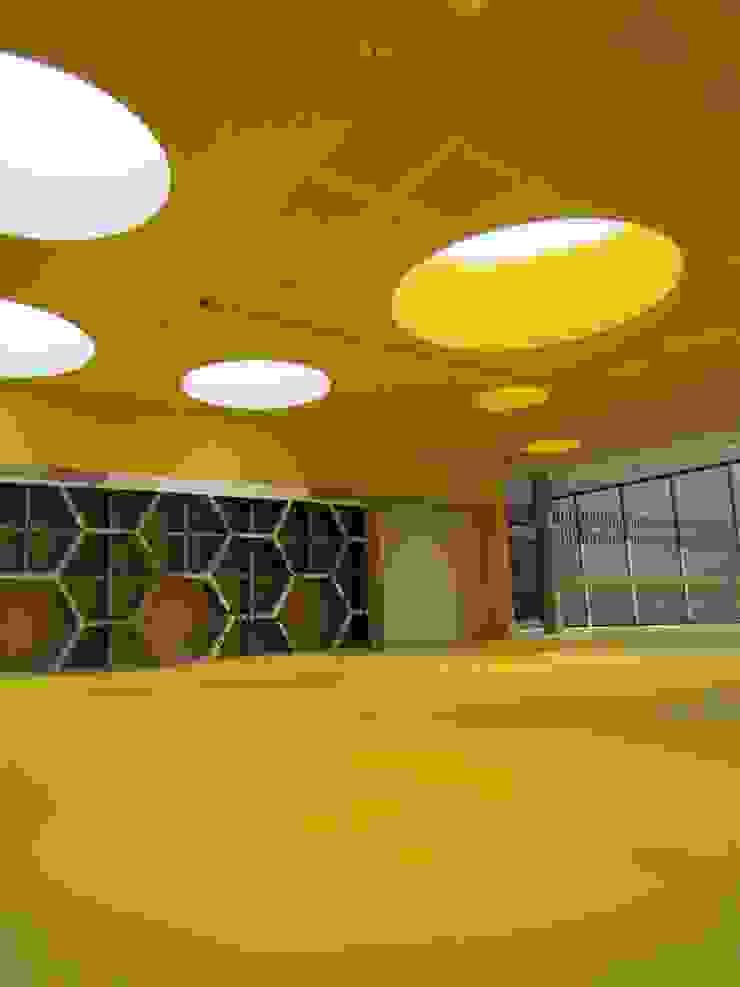norament 926 crossline Salas modernas de Norca Moderno