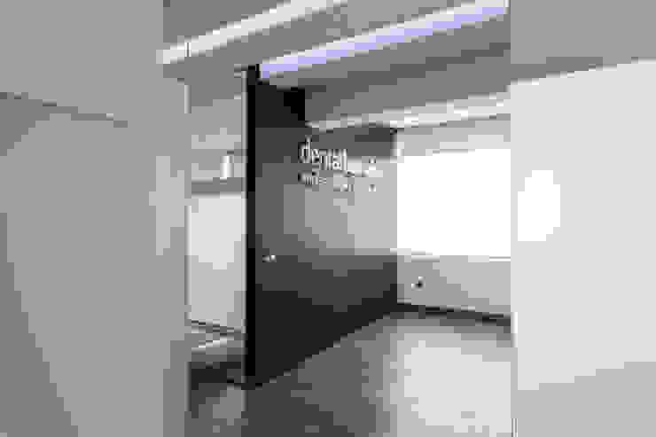 Couloir, entrée, escaliers modernes par Pablo Cousinou Moderne