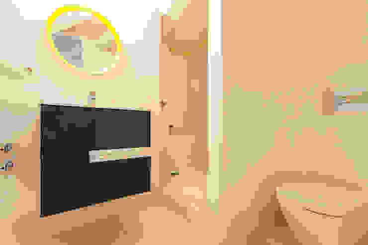 Apartamento dúplex Baños de estilo moderno de Pablo Cousinou Moderno