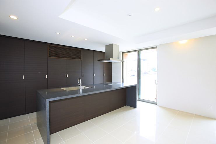 コンクリート壁のある木造住宅 オリジナルデザインの キッチン の Egawa Architectural Studio オリジナル