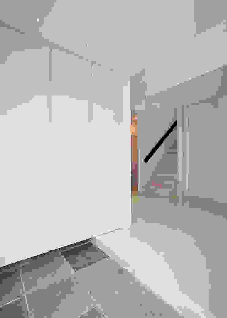 コンクリート壁のある木造住宅 オリジナルスタイルの 玄関&廊下&階段 の Egawa Architectural Studio オリジナル