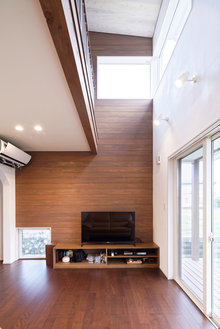 さくらんぼ駅前の家 モダンデザインの リビング の 大類真光建築設計事務所 モダン
