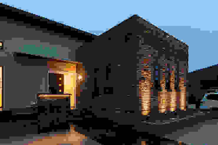Casas de estilo industrial de 株式会社 鳴尾工務店 Industrial Ladrillos