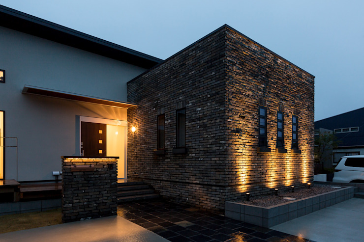 株式会社 鳴尾工務店 Rumah Gaya Industrial Batu Bata Brown