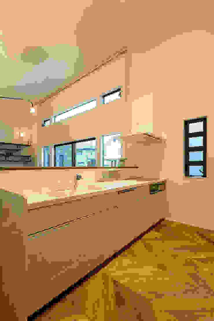 N邸新築 北欧デザインの キッチン の 株式会社 鳴尾工務店 北欧 無垢材 多色