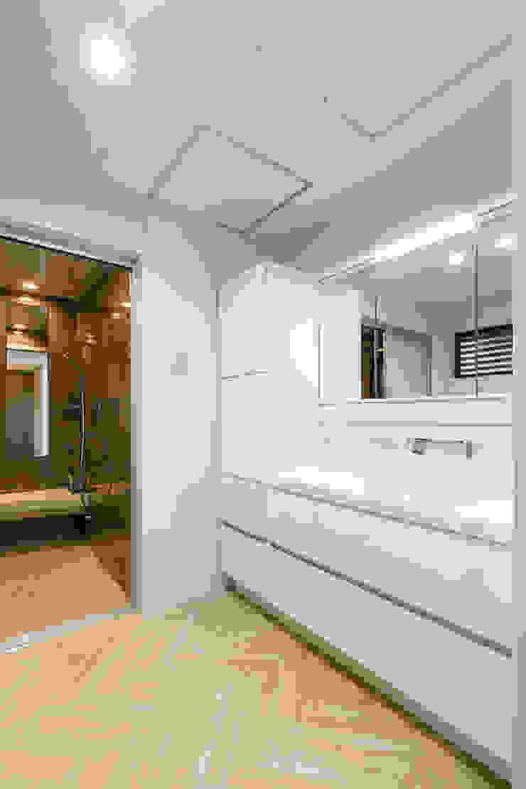 N邸新築 モダンスタイルの お風呂 の 株式会社 鳴尾工務店 モダン