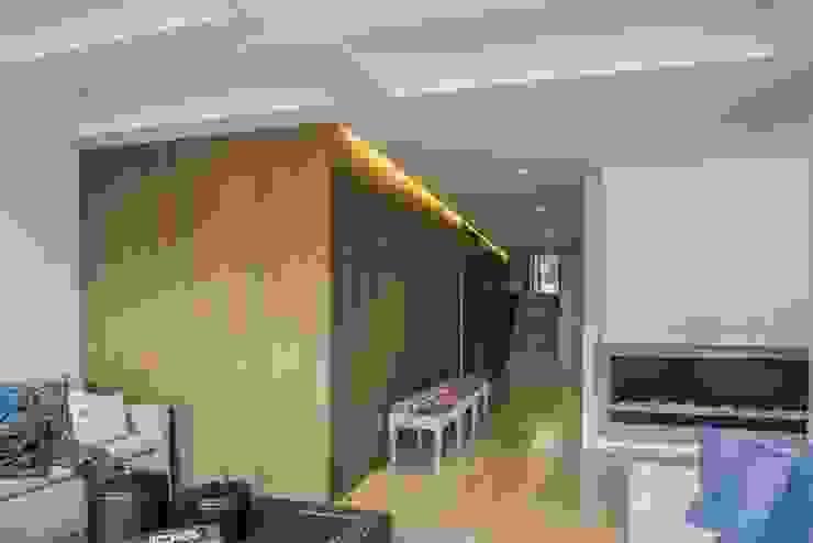 Couloir, entrée, escaliers modernes par AMR ARQUITECTOS Moderne