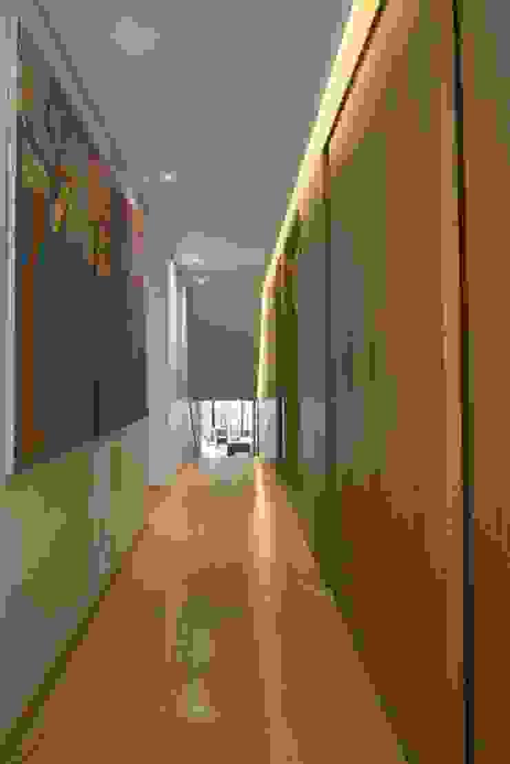 Apto PA2 Pasillos, vestíbulos y escaleras de estilo moderno de AMR ARQUITECTOS Moderno