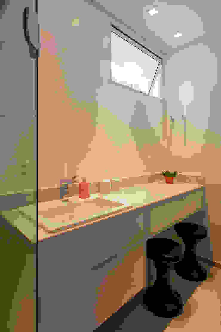 Baños de estilo moderno de Tria Arquitetura Moderno