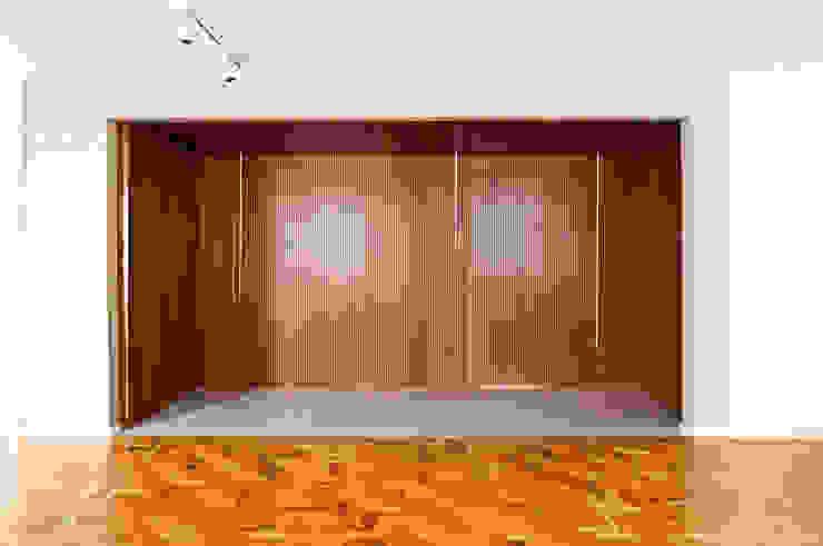 APARTAMENTO JARDINS Paredes e pisos modernos por Tria Arquitetura Moderno