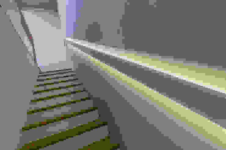 Realizzazioni Коридор, прихожая и лестница в модерн стиле от Di Lello Bertaccini - Architetto e Impresa edile Модерн