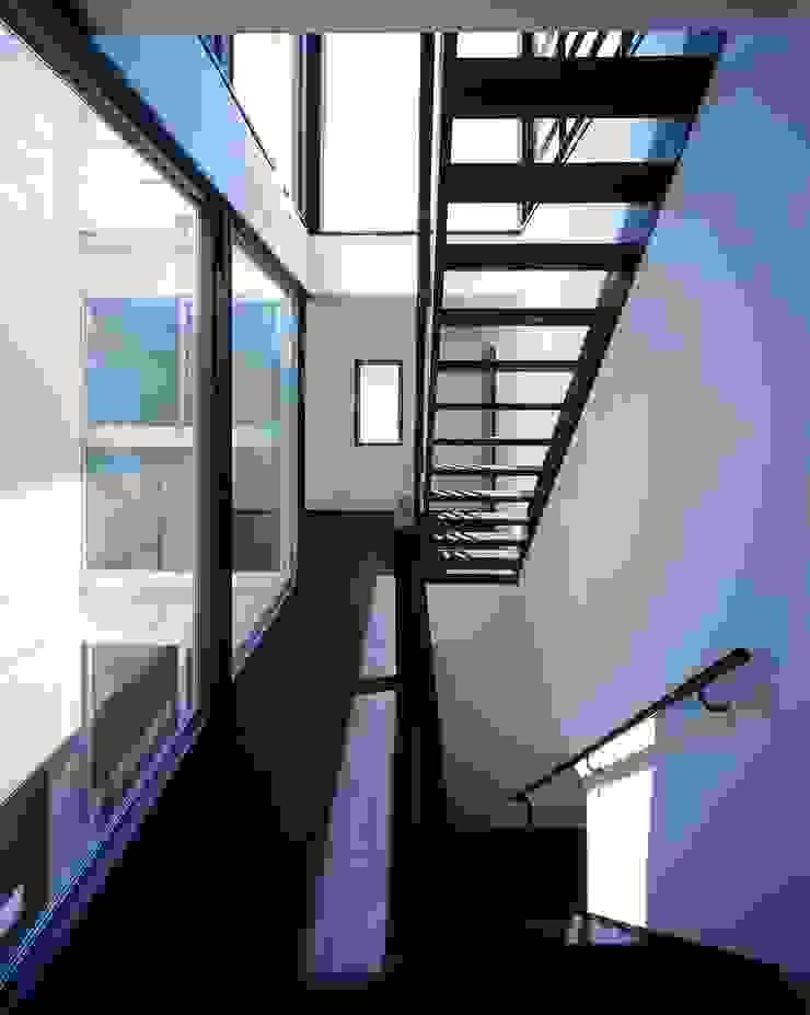 H HOUSE in hiroshima モダンスタイルの 玄関&廊下&階段 の 有限会社アルキプラス建築事務所 モダン 鉄/鋼
