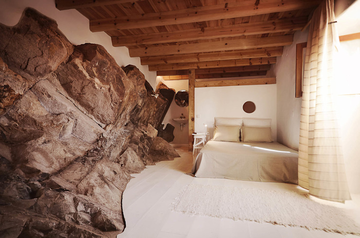 Bedroom by pedro quintela studio, Rustic Stone