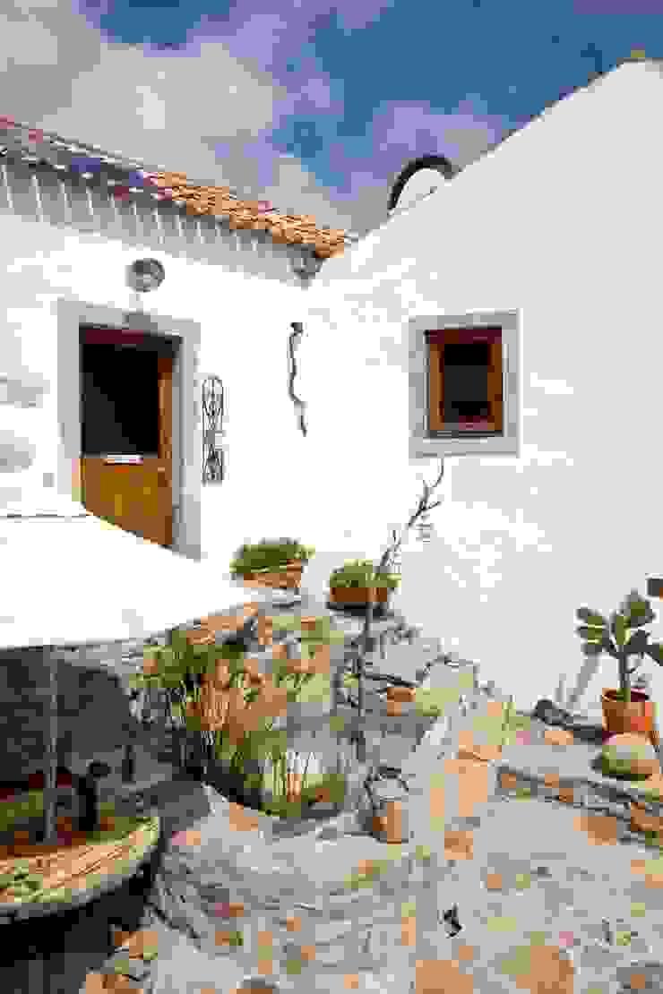 Rustic style balcony, veranda & terrace by pedro quintela studio Rustic Stone