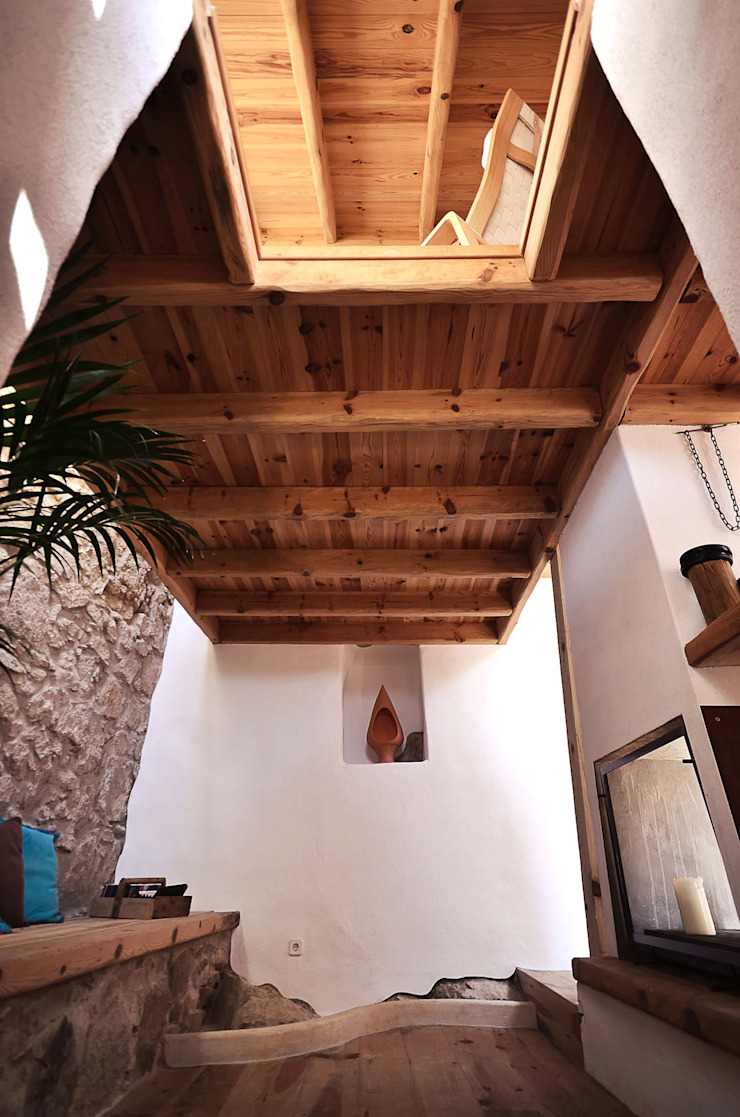 Rustic style corridor, hallway & stairs by pedro quintela studio Rustic Stone