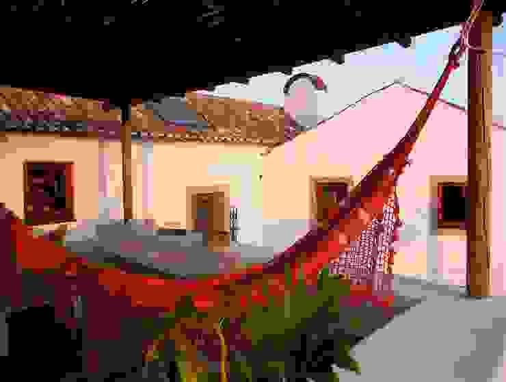 Balcone, Veranda & Terrazza in stile rustico di pedro quintela studio Rustico