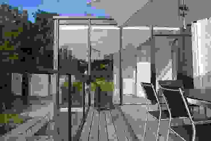 Tour vitrée Balcon, Veranda & Terrasse minimalistes par ARTERRA Minimaliste Bois Effet bois
