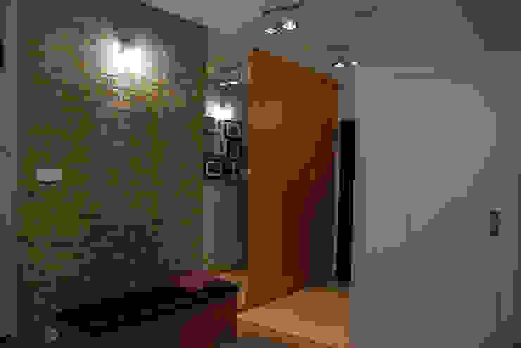 Przedpokój z cegłą Nowoczesny korytarz, przedpokój i schody od ZAWICKA-ID Projektowanie wnętrz Nowoczesny