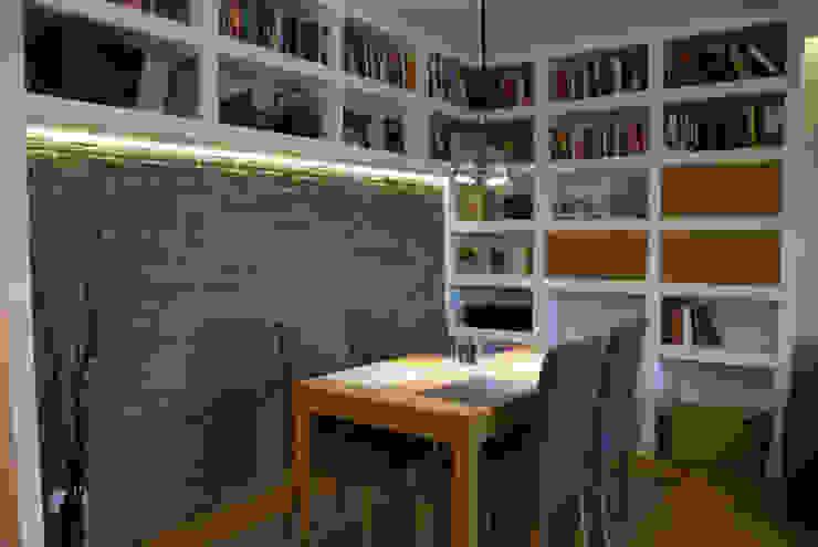 Kącik jadalniany w salonie z biblioteczką Nowoczesna jadalnia od ZAWICKA-ID Projektowanie wnętrz Nowoczesny