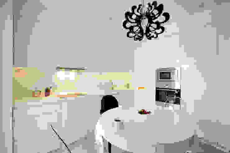 Elegancka biała kuchnia w stylu glamour Nowoczesna kuchnia od ZAWICKA-ID Projektowanie wnętrz Nowoczesny