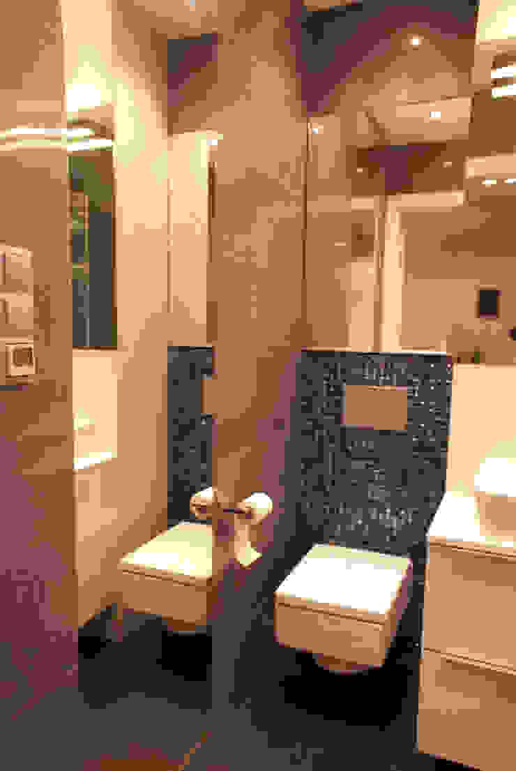 Szara łazienka ze szklaną mozaiką Nowoczesna łazienka od ZAWICKA-ID Projektowanie wnętrz Nowoczesny