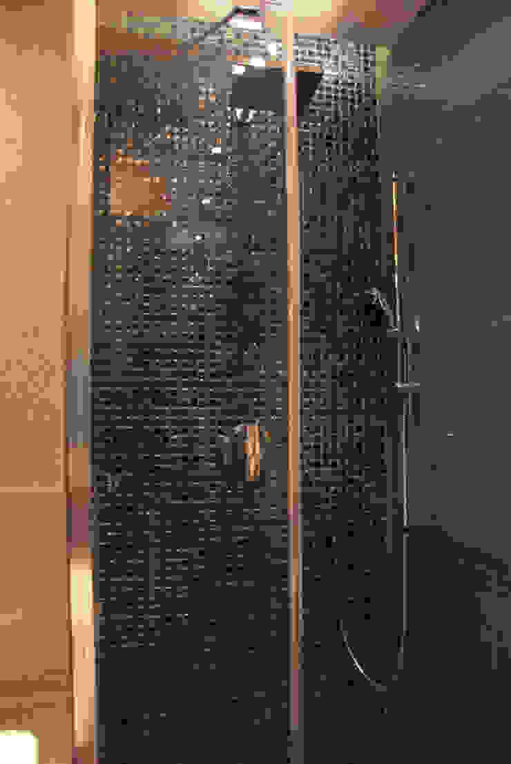 Szare WC z dodatkiem granatowej szklanej mozaiki Nowoczesna łazienka od ZAWICKA-ID Projektowanie wnętrz Nowoczesny