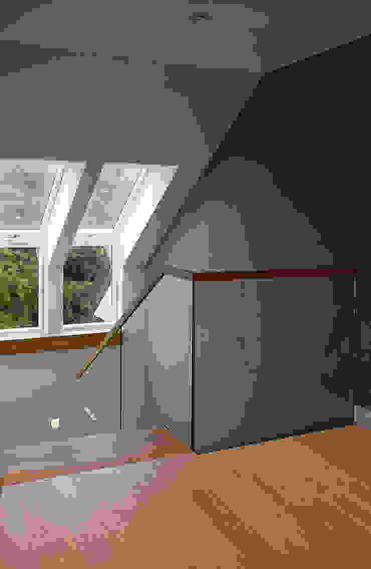 dom prywatny Nowoczesny korytarz, przedpokój i schody od anna jaje Nowoczesny