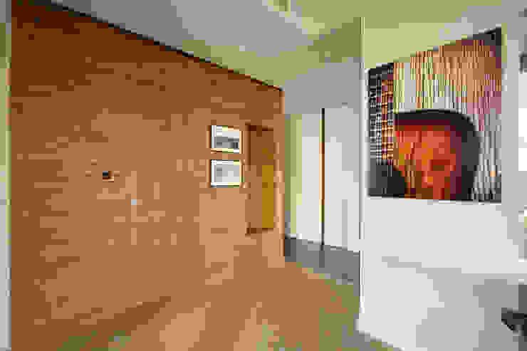 Modern Corridor, Hallway and Staircase by ZAWICKA-ID Projektowanie wnętrz Modern