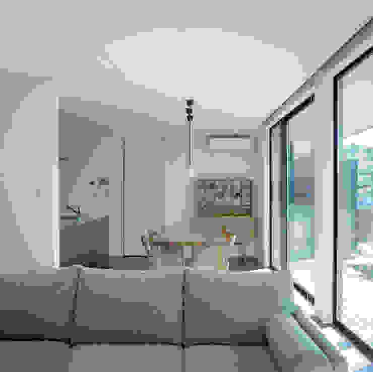 Modern Dining Room by AIDAHO Inc. Modern