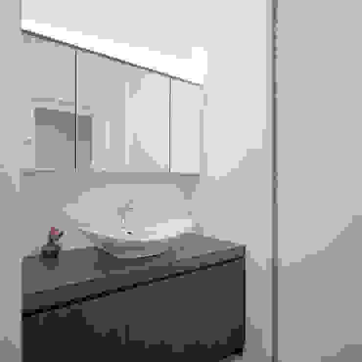 Modern Bathroom by AIDAHO Inc. Modern Wood Wood effect