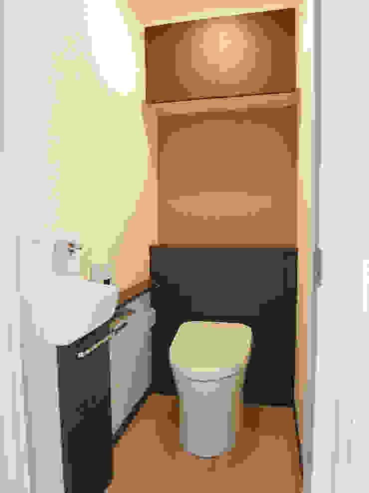 トイレ: ロクサ株式会社が手掛けた折衷的なです。,オリジナル
