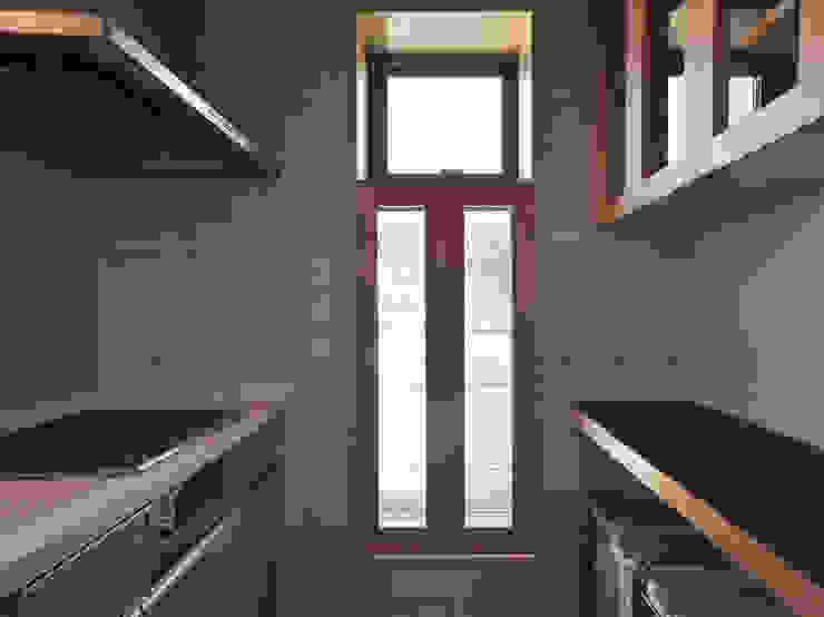 飾り棚+出窓: (株)独楽蔵 KOMAGURAが手掛けた現代のです。,モダン ガラス