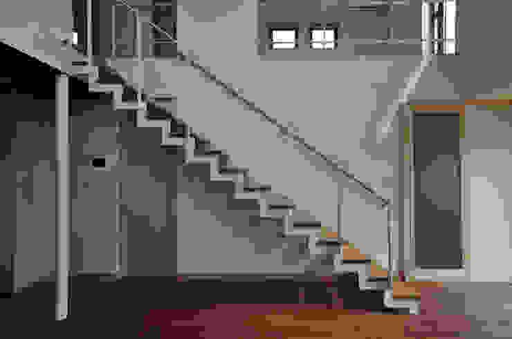 スチール階段: (株)独楽蔵 KOMAGURAが手掛けた現代のです。,モダン 鉄/鋼