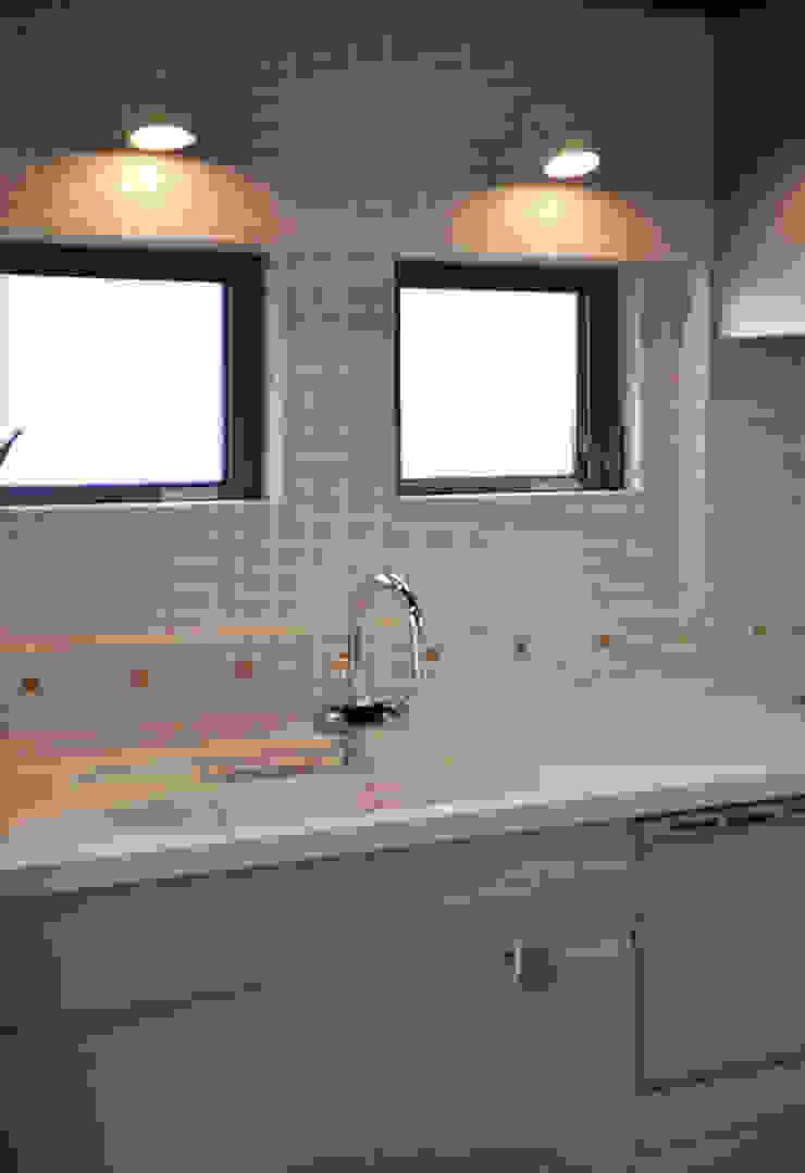 キッチン(モザイクタイル): (株)独楽蔵 KOMAGURAが手掛けた現代のです。,モダン タイル