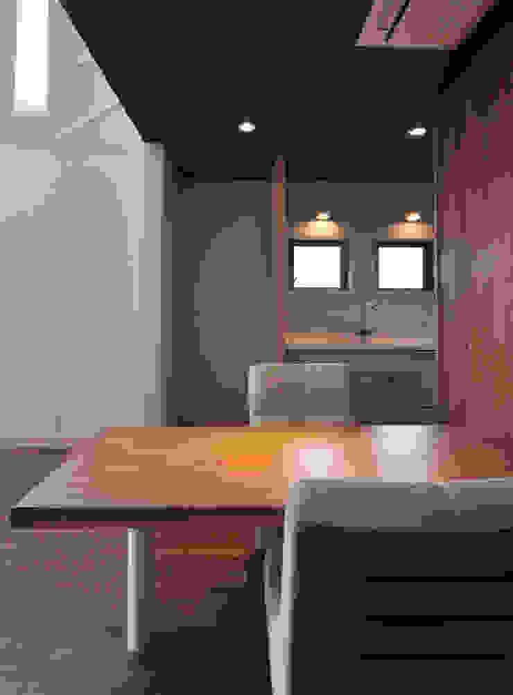 ダイニングテーブル(ケヤキ:一枚板): (株)独楽蔵 KOMAGURAが手掛けた現代のです。,モダン 木 木目調