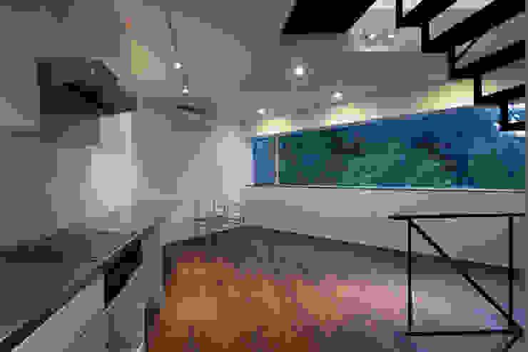 リビング: 有限会社角倉剛建築設計事務所が手掛けたリビングです。,モダン