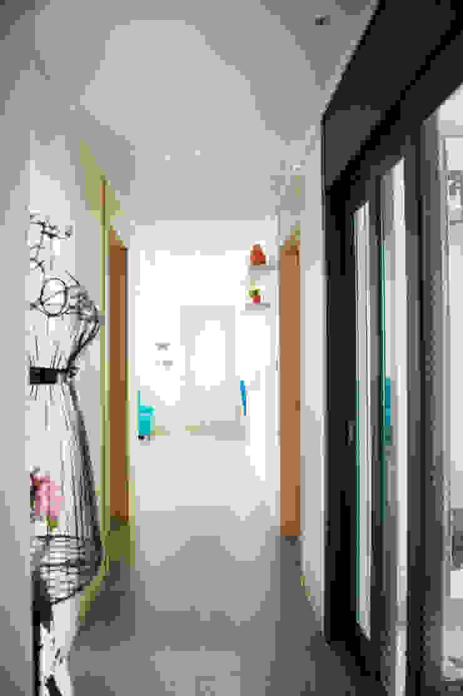 Pasillos, vestíbulos y escaleras modernos de 퍼스트애비뉴 Moderno