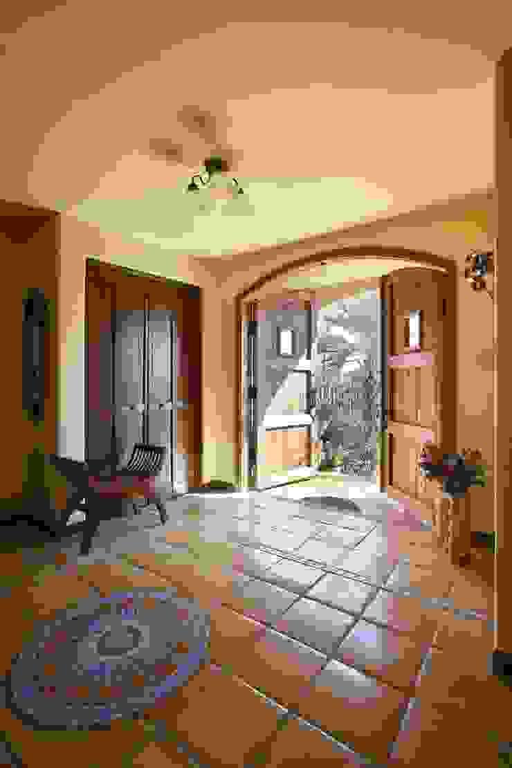 SI house | SANKAIDO 地中海スタイル 玄関&廊下&階段 の SANKAIDO | 株式会社 参會堂 地中海