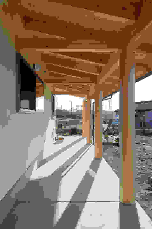 ツイノスミカ~うちの山の木 オリジナルデザインの テラス の 大森建築設計室 オリジナル 木 木目調