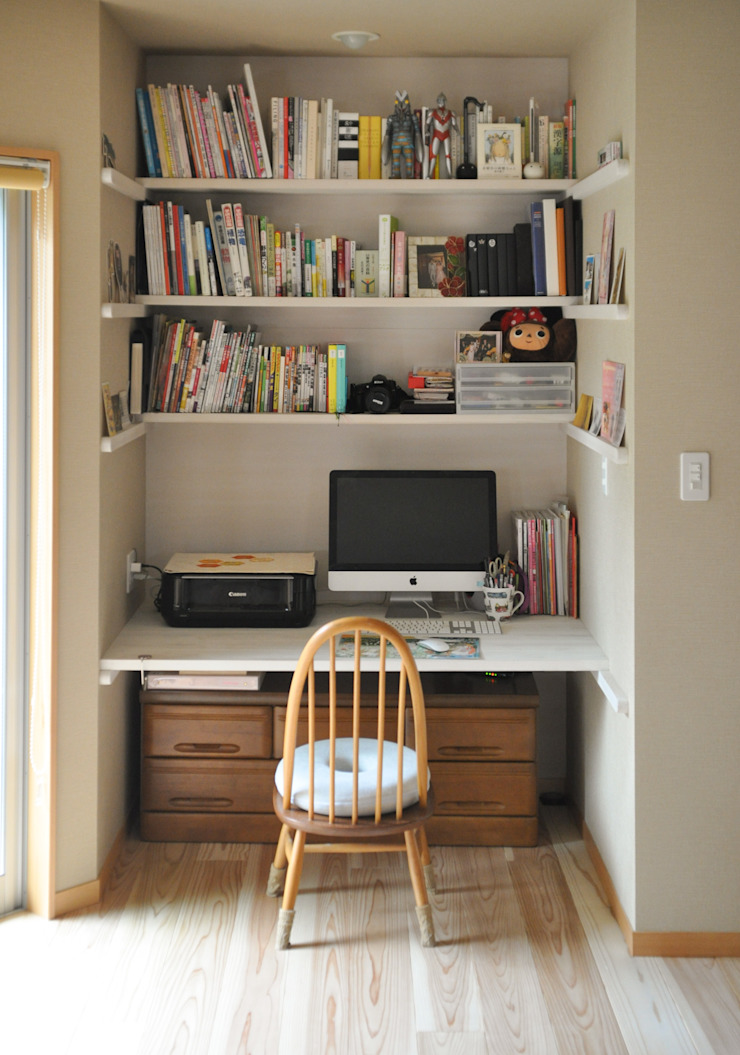 小さな書斎スペースのあるリビング: (株)独楽蔵 KOMAGURAが手掛けた現代のです。,モダン