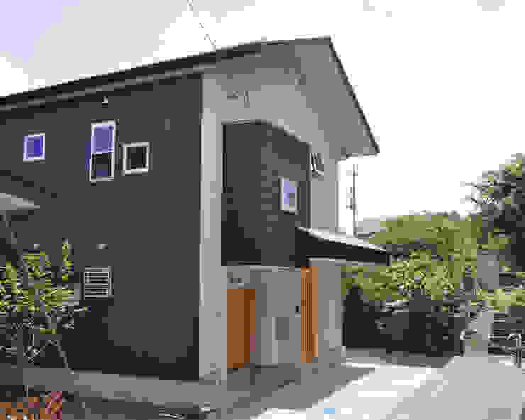 建物外観(エントランス): (株)独楽蔵 KOMAGURAが手掛けた現代のです。,モダン