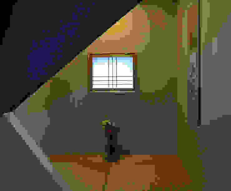 タタミスペース(階段の踊り場): (株)独楽蔵 KOMAGURAが手掛けた現代のです。,モダン