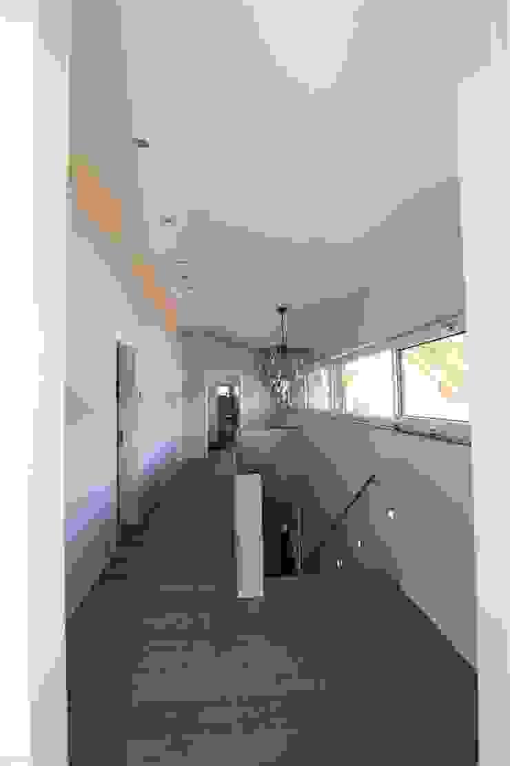Architekturbüro Ketterer Modern corridor, hallway & stairs