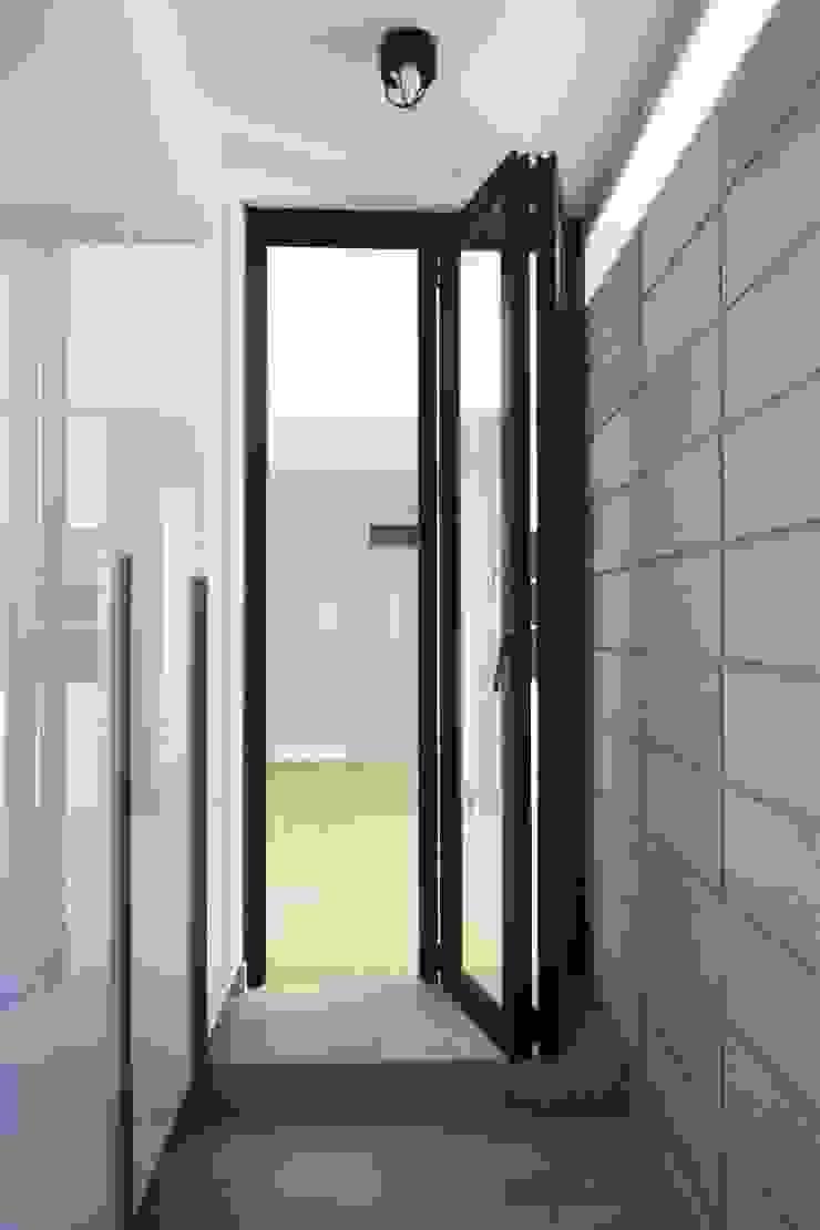 샛별마을 라이프 APT 109㎡ (before & after) 모던스타일 복도, 현관 & 계단 by Light&Salt Design 모던