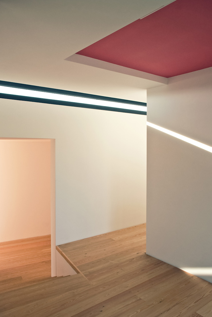 Casa de Cerveira Corredores, halls e escadas modernos por Dinis Sottomayor Photography Moderno