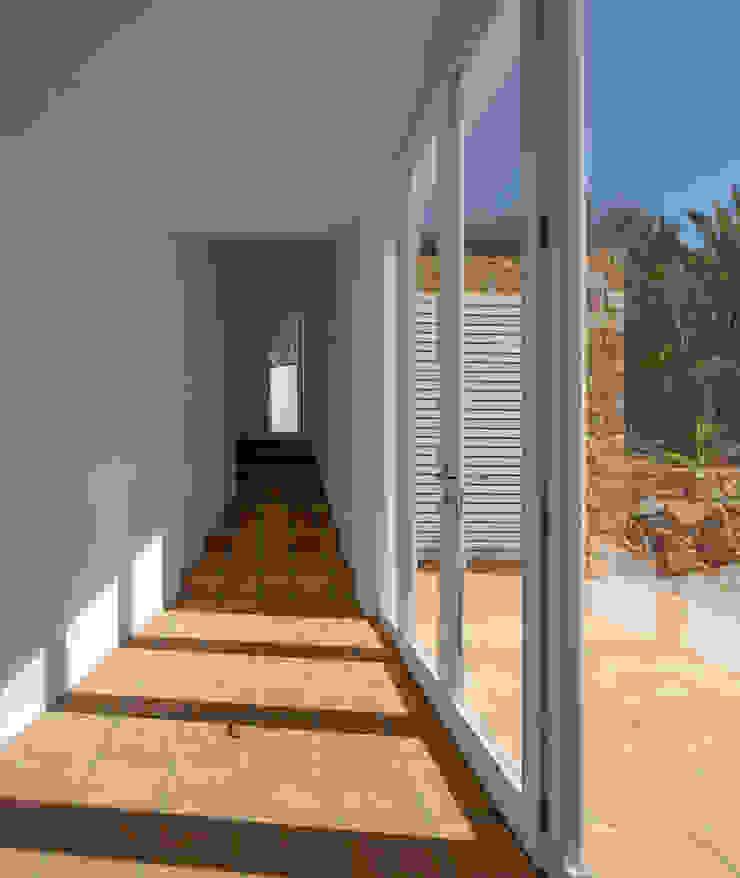CASA VALE DE MARGEM Modern Corridor, Hallway and Staircase by MARLENE ULDSCHMIDT Modern