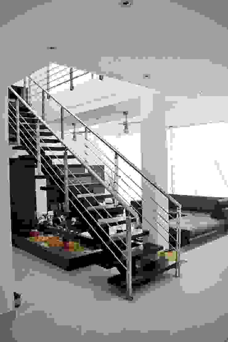 Proyectos Residenciales Pasillos, vestíbulos y escaleras de estilo moderno de MORAND ARQUITECTURA Moderno
