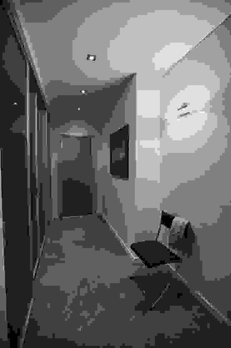 Дизайнер Ольга Айсина Pasillos, vestíbulos y escaleras de estilo minimalista
